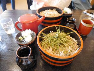 食品やコーヒー テーブルの上のカップのボウルの写真・画像素材[937577]