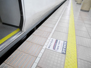 歩道の上に座っている鉄道の写真・画像素材[937578]