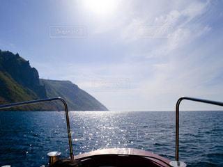 背景の山と水の体のボートの写真・画像素材[1249612]
