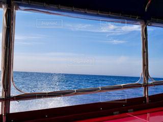 水の体の横に桟橋のビューの写真・画像素材[1249619]