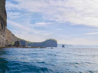 背景の山と水の大きな体の写真・画像素材[1249620]