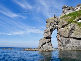 岩の横にある水します。の写真・画像素材[1249622]
