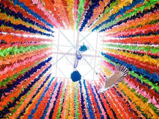 近くにカラフルな凧のアップの写真・画像素材[1396676]