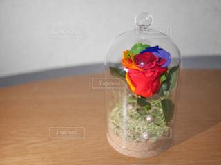 木製のテーブルの上に座ってガラス花瓶の写真・画像素材[1847124]