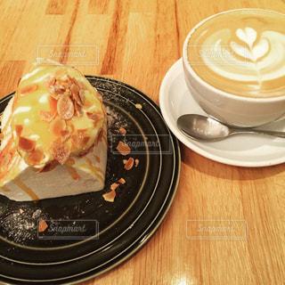 食品やコーヒー テーブルの上のカップのプレート - No.820900