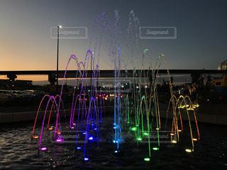 夜のライトアップされた噴水 - No.844607