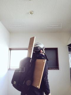 残念ながら自分で板を運ぶハメになった男の写真・画像素材[927206]
