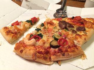 皿にピザのスライス - No.947366
