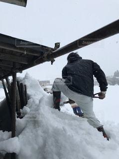 雪の中に立っている男の人の写真・画像素材[1022051]