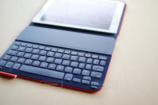 テーブルの上のタブレット・キーボード付きの写真・画像素材[996287]