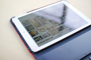 テーブルとカバー付きのアイパッドエアーの写真・画像素材[996288]