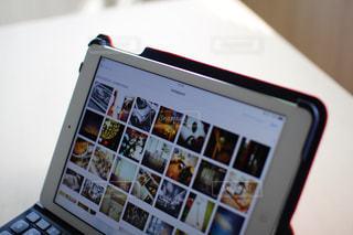 iPad Airで仕事中の写真・画像素材[996290]