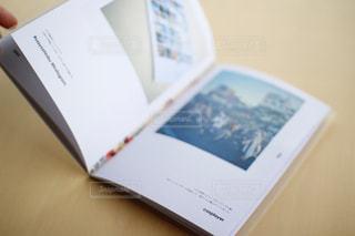 テーブルの上のチラシのスタックの写真・画像素材[996366]