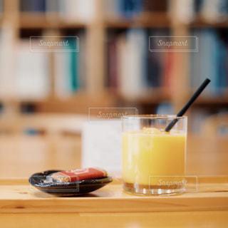 テーブルの上のガラスコップのクローズアップの写真・画像素材[2142708]