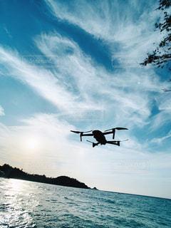 水域の上を飛ぶドローンの写真・画像素材[2806028]