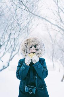 雪の中の女性の写真・画像素材[2806036]