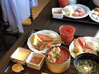 テーブルの上に食べ物のプレートの写真・画像素材[1017557]