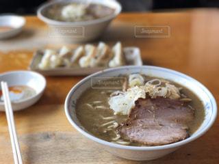 テーブルの上の皿の上に食べ物のボウルの写真・画像素材[1017560]