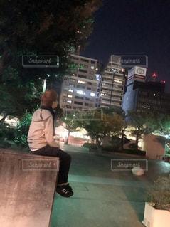 夜景を眺めている男の写真・画像素材[852793]