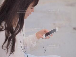スマホで音楽を聴く女性のの写真・画像素材[3939]