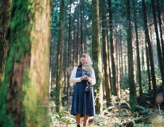 森にいる女性のの写真・画像素材[3913]