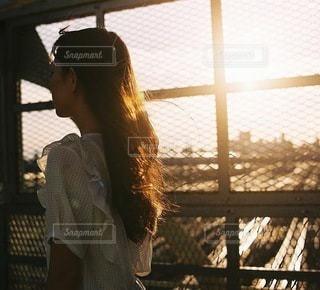 夕日と女性の写真・画像素材[3909]