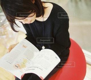 図書館にいる女性のの写真・画像素材[3899]