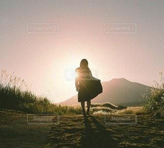 朝日と女性のの写真・画像素材[3895]