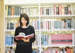 図書館にいる女性のの写真・画像素材[3881]