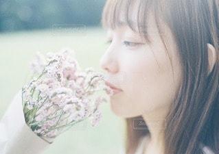花束を持つ女性の写真・画像素材[10910]