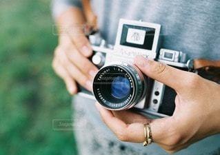 アンティークカメラを持つ女性の手の写真・画像素材[40508]