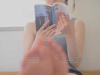 読書をする女性の写真・画像素材[46802]