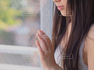 窓の外を見つめる女性の写真・画像素材[128088]