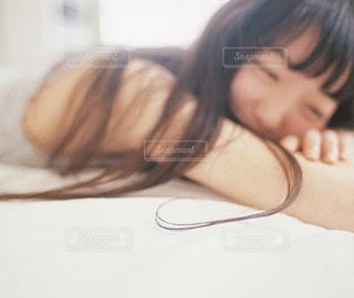 寝転がる女性の写真・画像素材[182183]