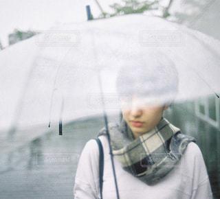傘をさす女性の写真・画像素材[254562]