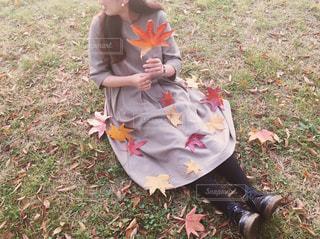 秋とワンピースの女性の写真・画像素材[262923]