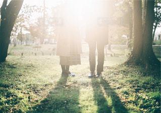 カップルと秋の足元の写真・画像素材[315119]