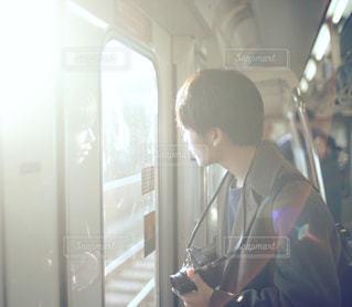 冬の光とカメラ男子の写真・画像素材[344504]