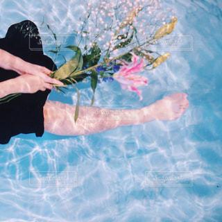水面と花束の写真・画像素材[627718]