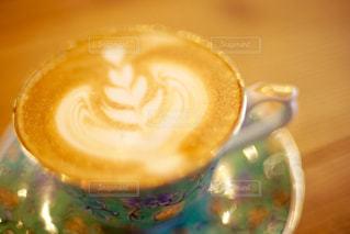 綺麗なティーカップとカフェラテの写真・画像素材[669694]