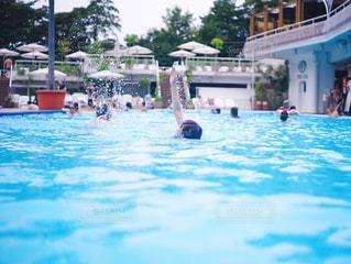 プールで泳ぐ女性の写真・画像素材[681361]