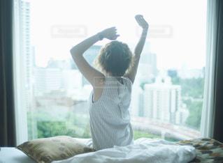 朝のやわらかい光と女性の写真・画像素材[698429]