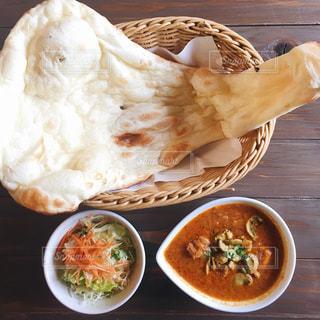 テーブルの上に食べ物のボウルの写真・画像素材[876495]