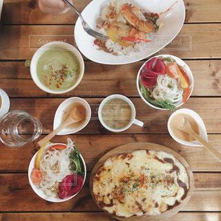 木製のテーブルの上に食べ物のプレートの写真・画像素材[932037]