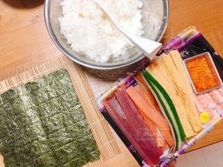 テーブルの上に食べ物のボウルの写真・画像素材[965330]