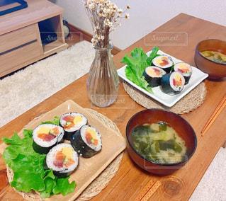 木製のテーブルの上に食べ物のプレートの写真・画像素材[965331]