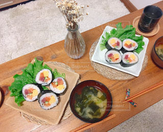 テーブルの上に食べ物のプレートの写真・画像素材[965332]