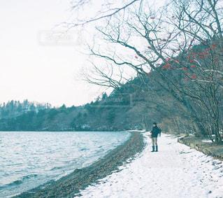 雪の中に立っている人の写真・画像素材[994240]
