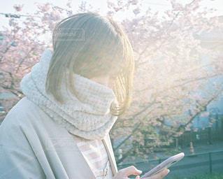 スマートフォンを操作する人の写真・画像素材[1084848]