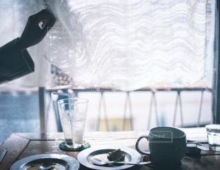 テーブルの上のコーヒー カップの写真・画像素材[1108629]